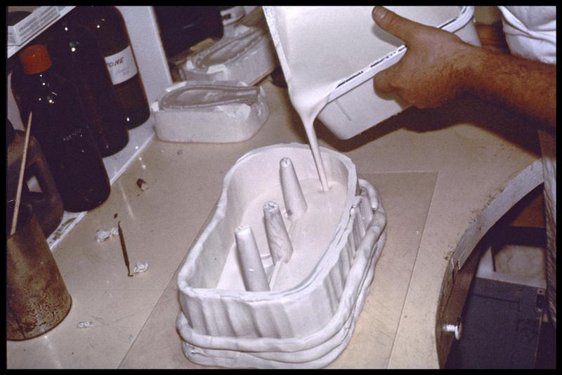 Vue de la coulée de plâtre dans le moule de plastiline (CNRAS).