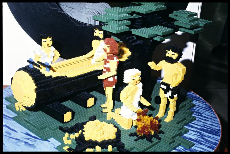 Vue d'une reconstitution de scène néolithique en Lego.