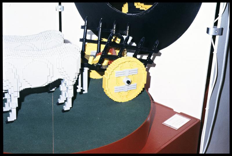 Vue d'une reconstitution de char en Lego.