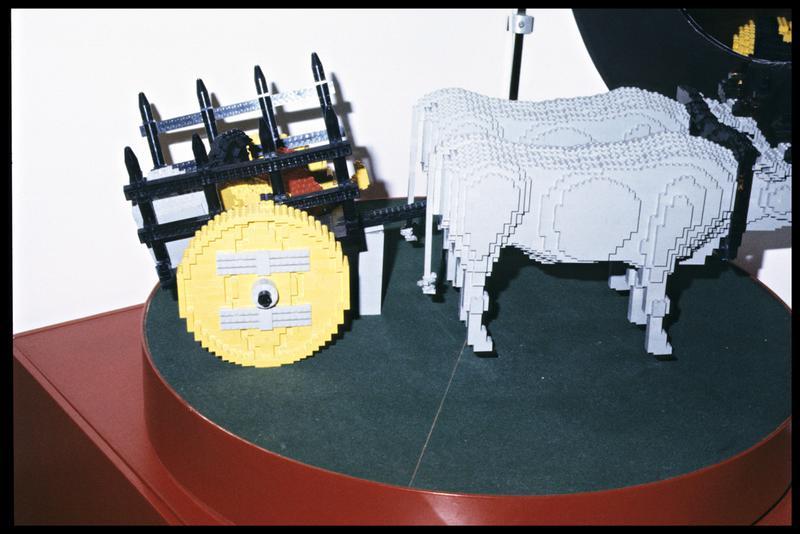 Vue d'une reconstitution d'un char à boeufs en Lego.
