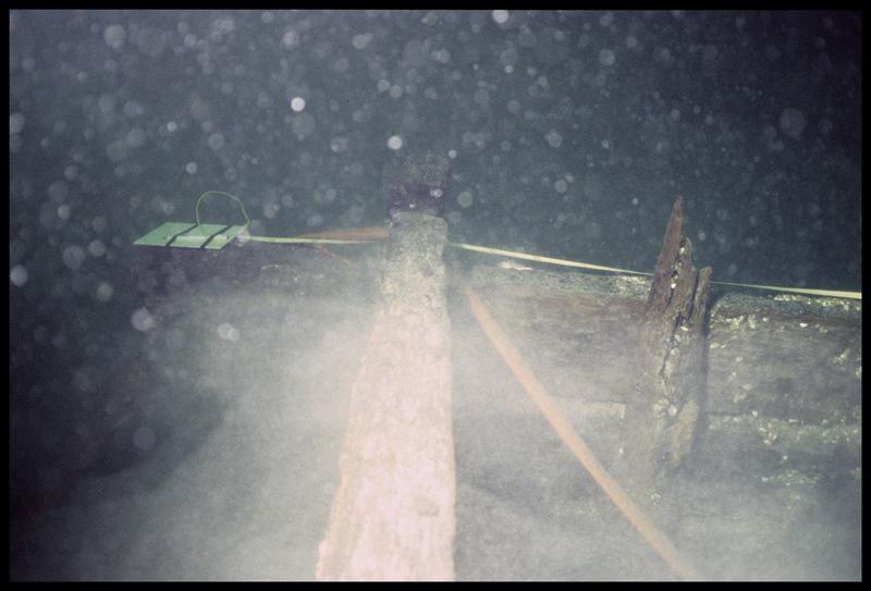 Vue sous-marine de la prise de mesure de la carène (fouille E. Rieth).