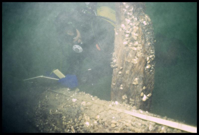 Vue sous-marine d'un plongeur effectuant le relevé de la carène (fouille E. Rieth).