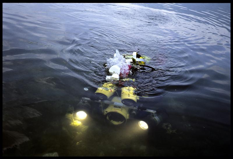 Vue de la mise à l'eau d'un plongeur et de la caméra (fouille E. Rieth).
