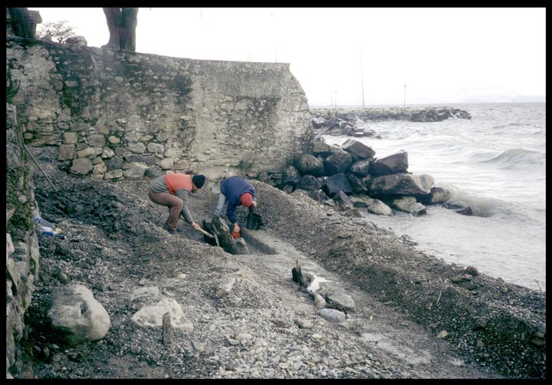 Vue du dégagement de pieux de bois sur la plage (fouille A. Marguet/Drassm).