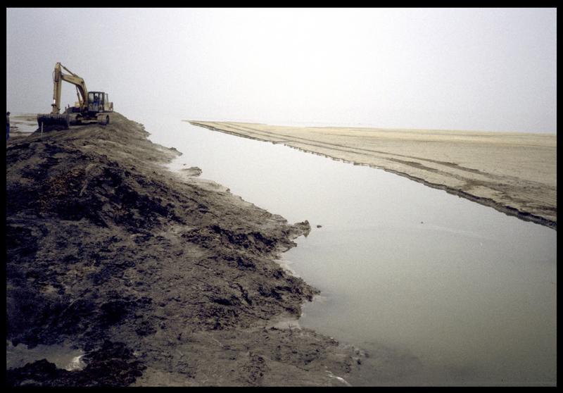 Vue de la pelleteuse dégageant l'embouchure du Fornon (fouille A. Marguet/Drassm).