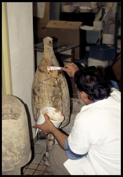 Vue de la restauration d'une amphore, réfection de la panse (CNRAS).