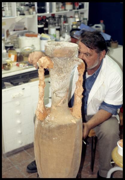 Vue de la restauration d'une amphore, réfection des anses (CNRAS).
