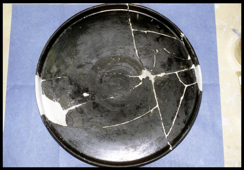Vue de la restauration visible d'une céramique campanienne (CNRAS).