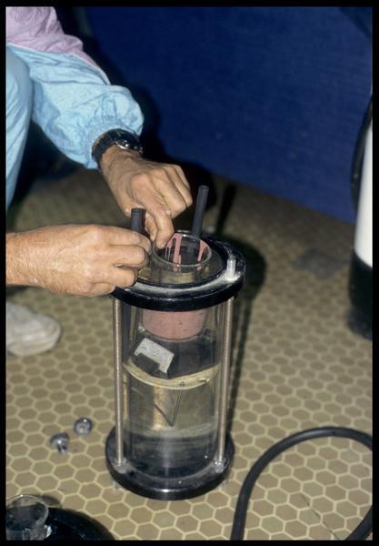Vue de la mise en place du test de silicone dans un tube pour essai en milieu hyperbarre (CNRAS).