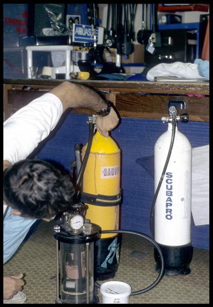 Vue de la mise sous pression du tube d'essai avec le silicone (CNRAS).