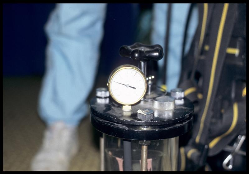 Vue du manomètre hyperbarre du tube sous-pression (CNRAS).