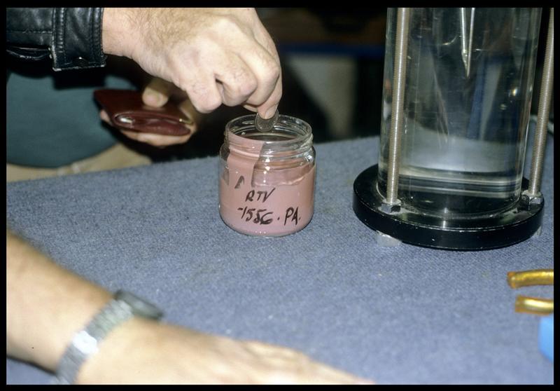 Vue du gobelet test de silicone avec l'introduction d'un élément métallique à l'intérieur (monnaie) (CNRAS).
