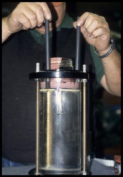 Vue de la mise en place du gobelet test de silicone dans le tube hyperbarre (CNRAS).