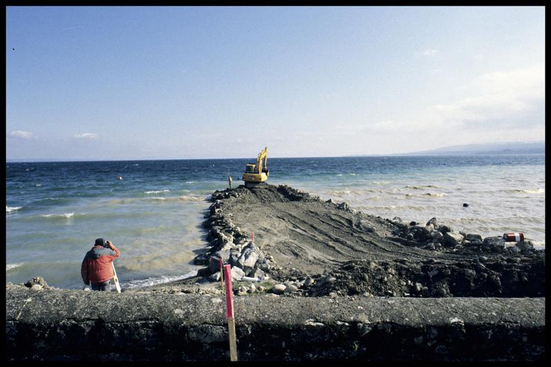 Vue du relevé topographique au théodolite de la construction d'une digue (fouille A. Marguet/Drassm).