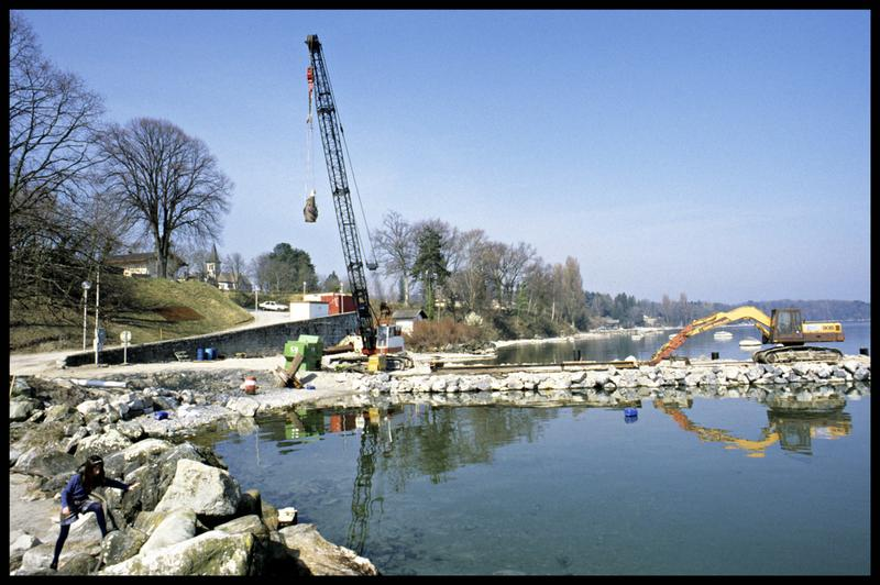Vue des grues de construction sur une digue (fouille A. Marguet/Drassm).