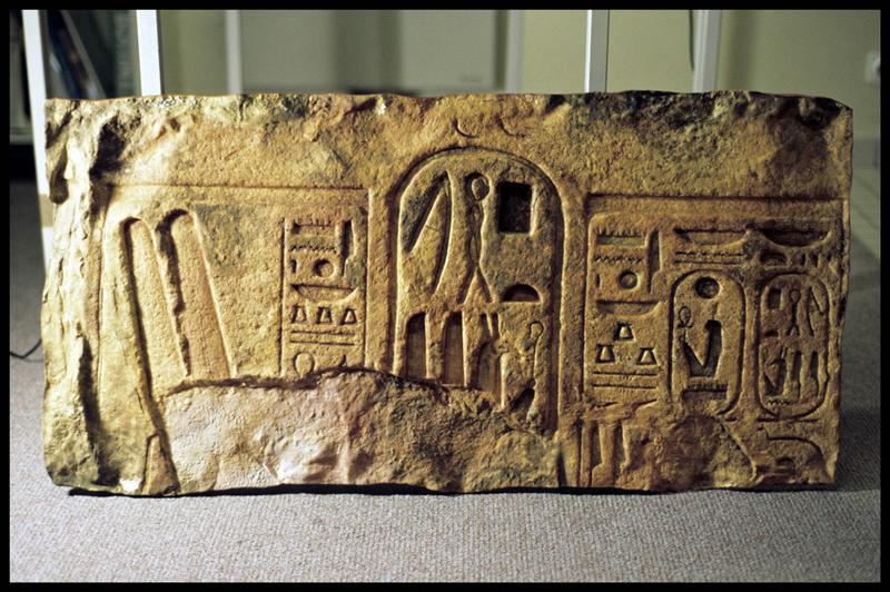 Vue du moulage d'un bas relief égyptien (CNRAS).