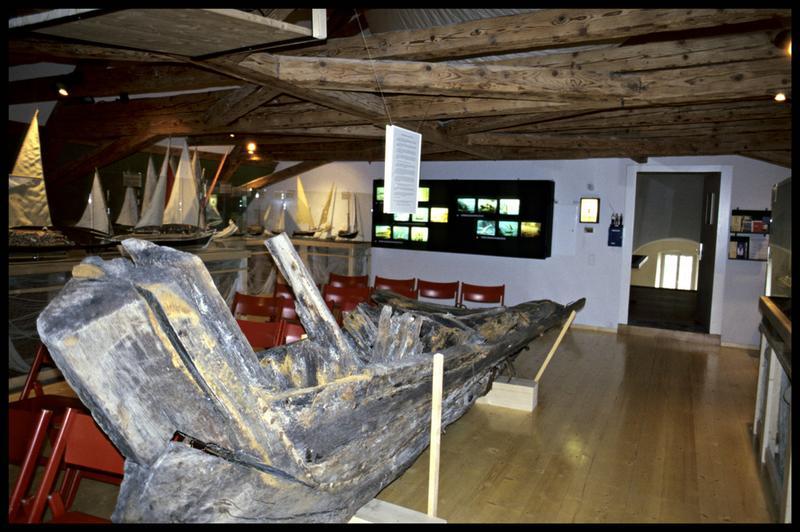 Vue des vestiges de la quille d'une épave en exposition (fouille Musée d'Annecy).