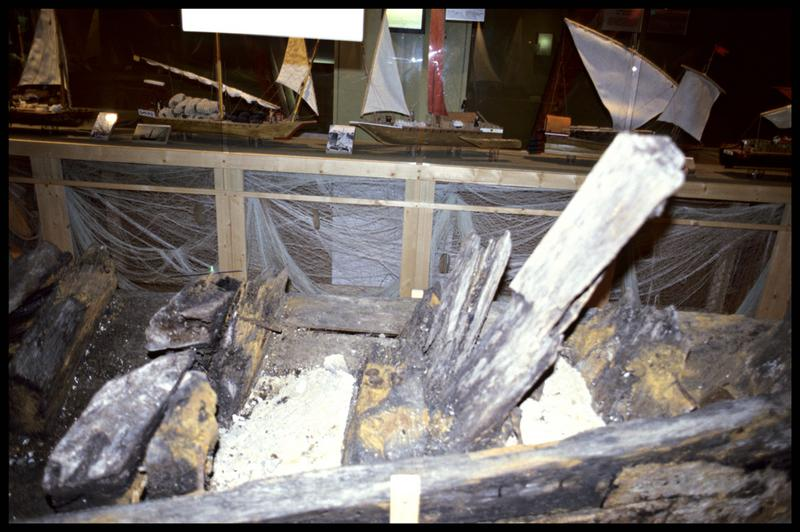 Vue de détail des vestiges de la quille d'une épave (fouille Musée d'Annecy).