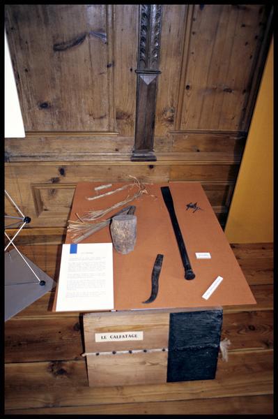 Vue des instruments de calfatage (fouille Musée d'Annecy).