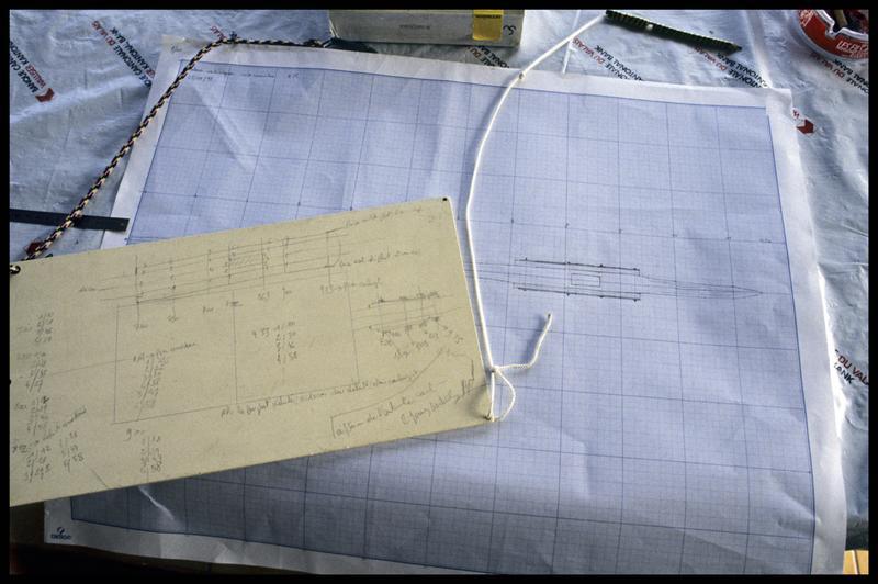 Vue de la planche de relevé et du dessin d'un élément de la carène (fouille E. Rieth).