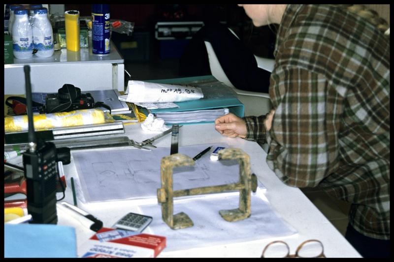 Vue d'une agrafe de métal en cours de dessin (fouille E. Rieth).