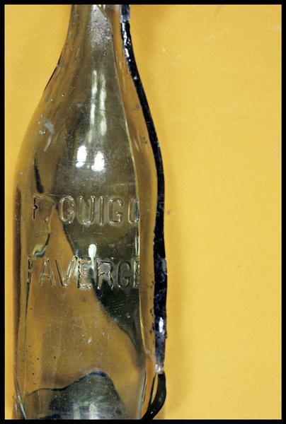 Vue de détail des lettrages d'une bouteille de verre (F. GUIGO FAVERGE) (fouille E. Rieth).
