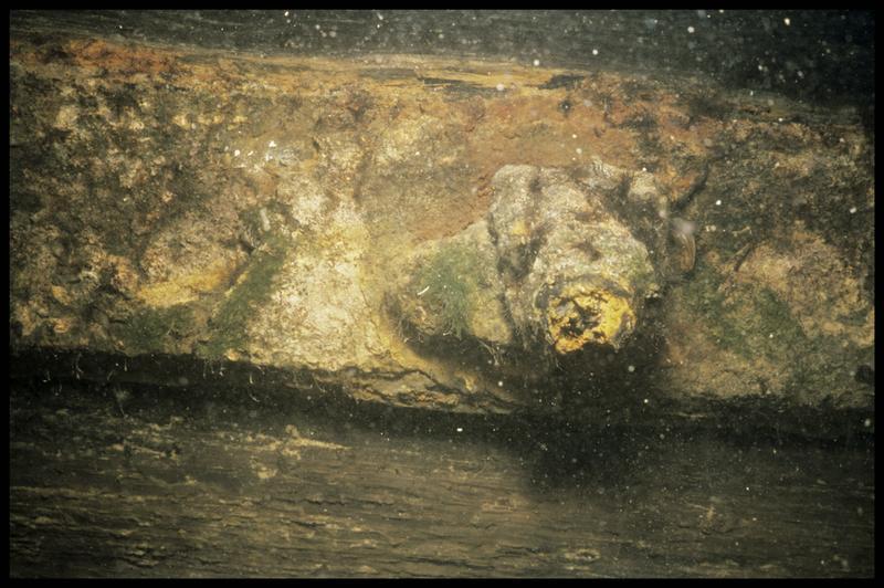 Vue sous-marine d'une pièce métallique de la carène (fouille E. Rieth).