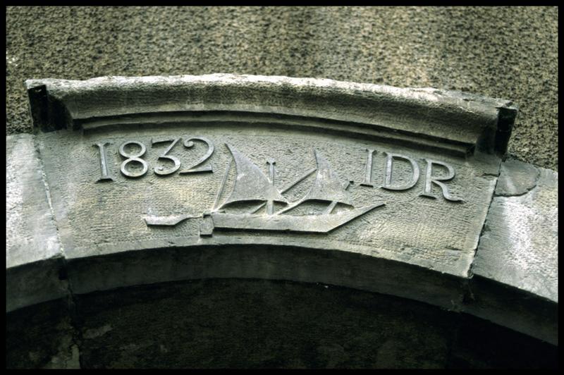 Vue d'un fronton de maison de Saint Gingolph marqué 1832 IDR avec un voilier (fouille E. Rieth).