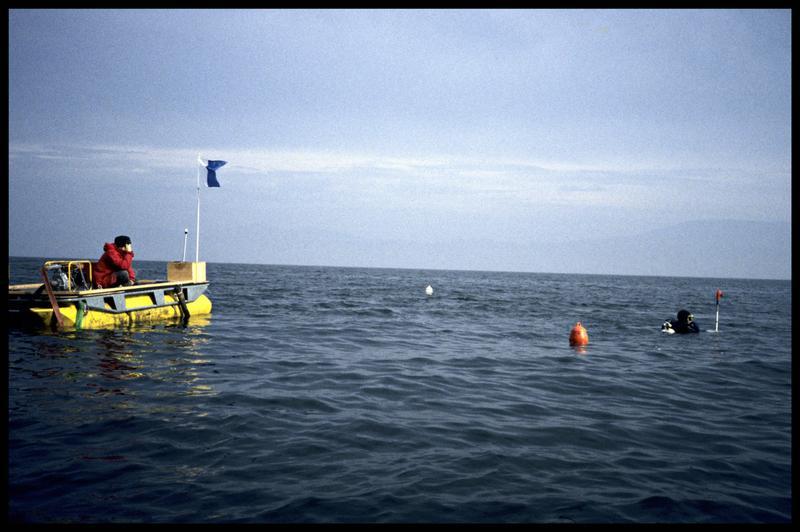 Vue d'un plongeur avec la perche topographique et le ponton de fouille (fouille E. Rieth).