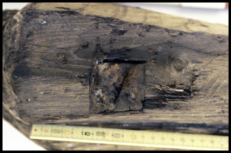 Vue de détail du chevillage d'un pieu de bois (fouille A. Marguet/Drassm).