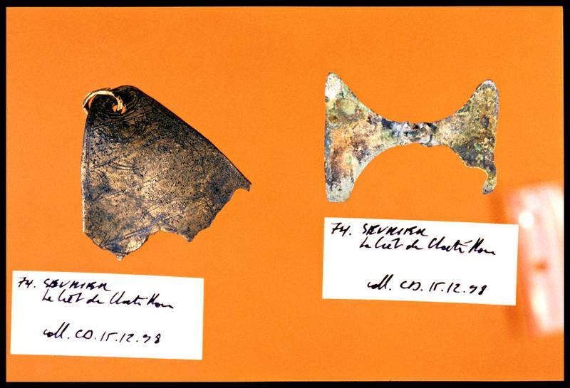 Vue de deux éléments de bronze dont un à décor incisé (fouille C. Dupont).