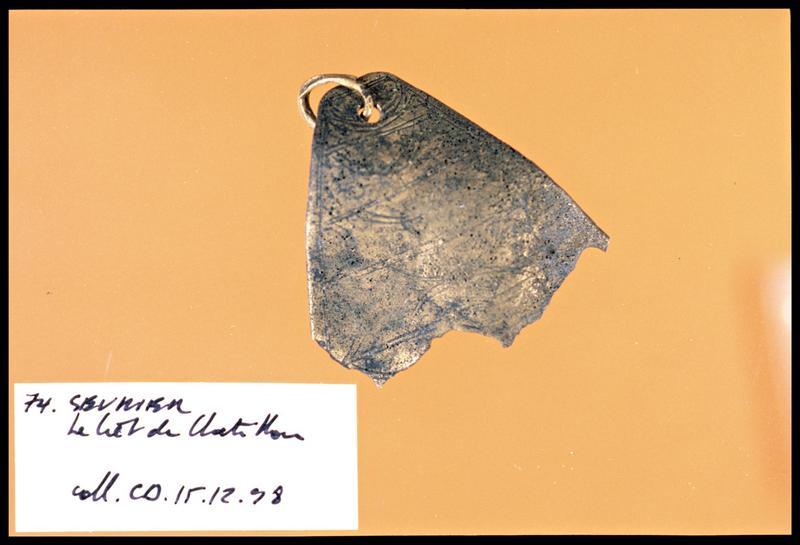 Vue d'un élément en bronze à décor incisé (fouille C. Dupont).