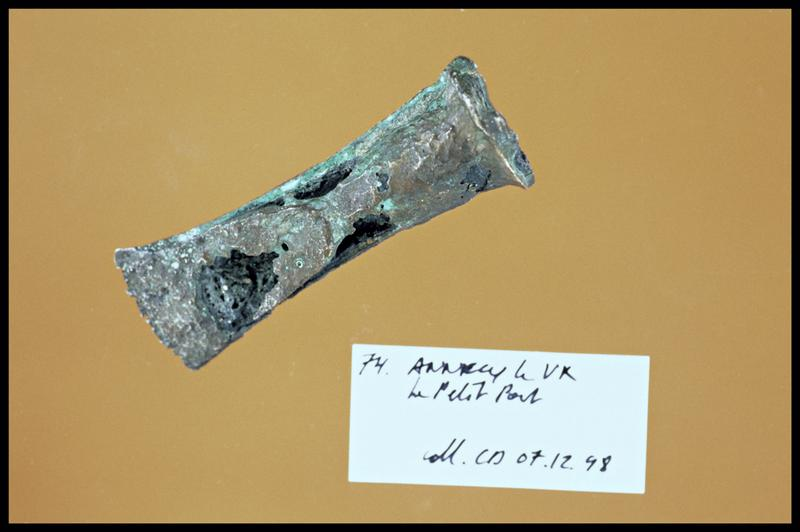 Vue d'un élément de bronze (fouille C. Dupont).