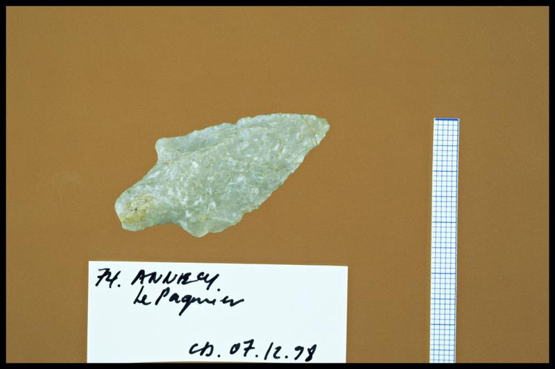 Vue d'une pointe de flèche en silex taillé (fouille C. Dupont).