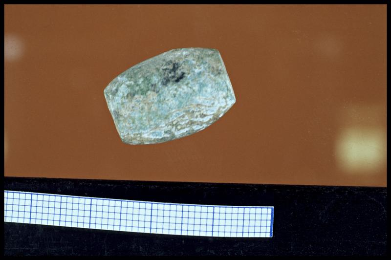 Vue d'une perle de verre (fouille Y. Billaud/Drassm).