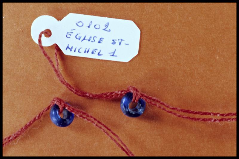 Vue de deux perles de verre bleu (fouille Y. Billaud/Drassm).