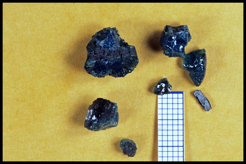 Vue de sept fragments de rebut de cuisson de verre bleu (fouille Y. Billaud/Drassm).