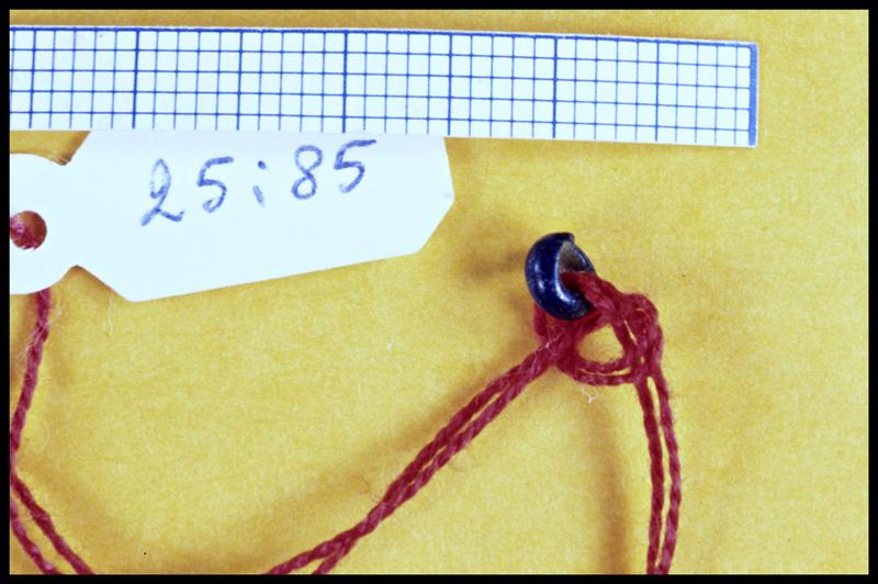 Vue d'une perle de verre bleu (fouille Y. Billaud/Drassm).