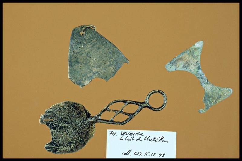 Vue de trois éléments de bronze dont un orné d'incisions (fouille C. Dupont).