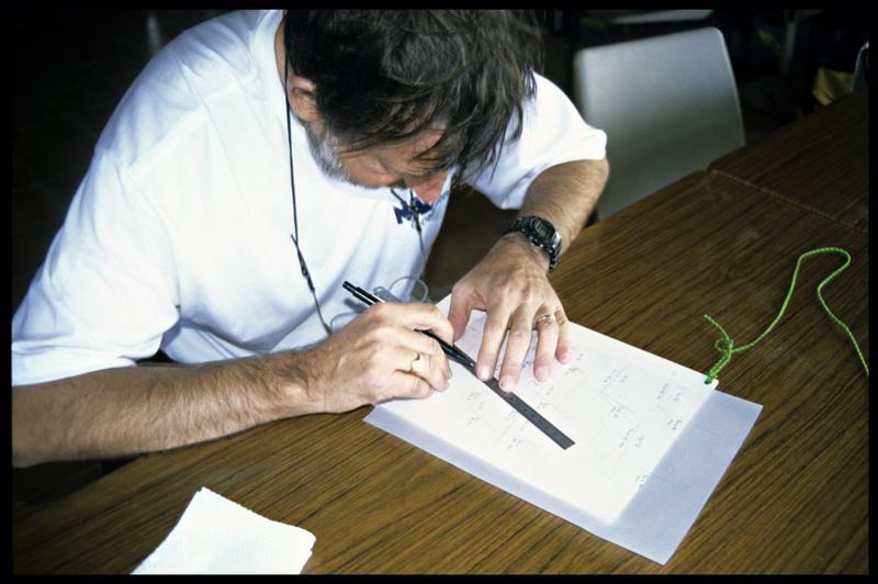 Vue d'un dessinateur mettant au net un relevé (fouille E. Rieth).