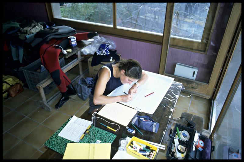 Vue du travail d'une dessinatrice (fouille E. Rieth).