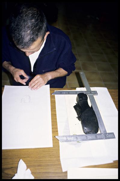 Vue du travail du dessinateur sur une chaussure de cuir (fouille E. Rieth).