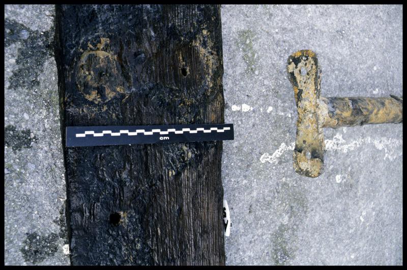 Vue de détail d'une pièce de bois (fouille E. Rieth).