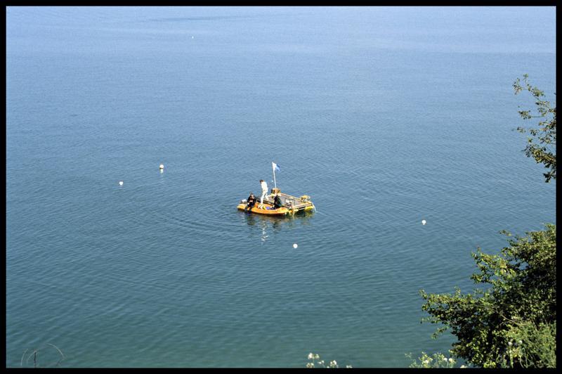 Vue du Newmatic et du ponton sur le site entre les balises (fouille E. Rieth).