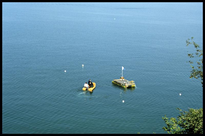 Vue du ponton et du Newmatic entre les balises du site (fouille E. Rieth).