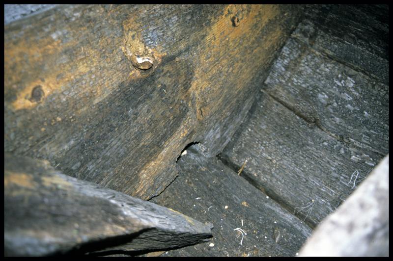 Vue de détail du trou d'anguiller dans une membrure (fouille E. Rieth).