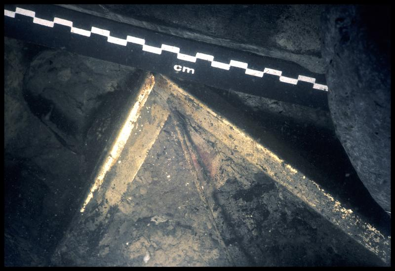 Vue sous-marine d'un élément métallique in situ (fouille E. Rieth).
