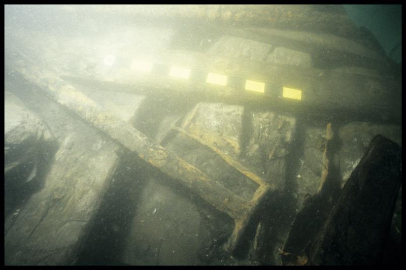 Vue sous-marine de fragments métalliques sur la carène (fouille E. Rieth).