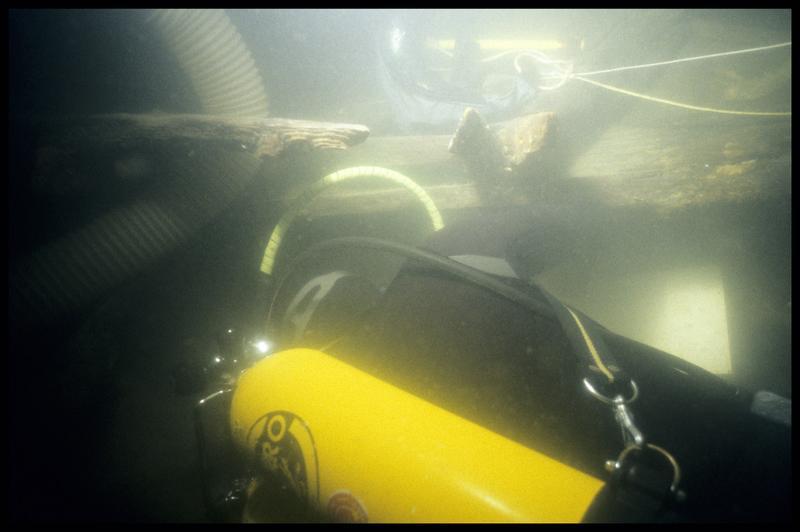 Vue sous-marine de deux plongeurs travaillant sur la carène (fouille E. Rieth).
