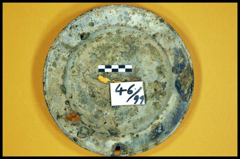 Vue d'un plat métallique (fouille E. Rieth).
